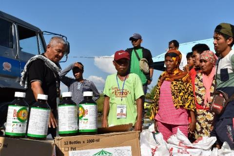 Provision of farm inputs to farmers, Kabuntalan, Director Daya-an leads the distribution.